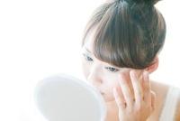 化粧をチェックする女性 10112001089| 写真素材・ストックフォト・画像・イラスト素材|アマナイメージズ
