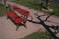 公園の赤いベンチ 10120000391| 写真素材・ストックフォト・画像・イラスト素材|アマナイメージズ