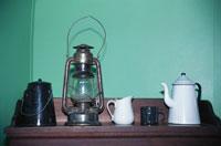 ランプとコーヒーポットと水差し
