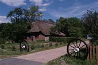 わらぶき屋根の家と小道 イギリス