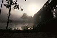 朝もやの川と橋 フランス