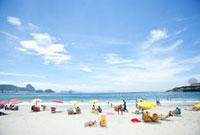 カラフルなパラソルと海岸 10126000079| 写真素材・ストックフォト・画像・イラスト素材|アマナイメージズ