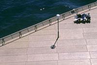 街灯とベンチに座る人 10131004413| 写真素材・ストックフォト・画像・イラスト素材|アマナイメージズ