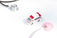 聴診器と救急車 10131005330| 写真素材・ストックフォト・画像・イラスト素材|アマナイメージズ