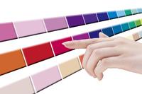 カラーを選ぶ女性の手