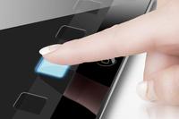 タブレット型コンピューターのアプリをタッチする女性の指