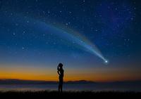 彗星と女性シルエット 10131013794| 写真素材・ストックフォト・画像・イラスト素材|アマナイメージズ