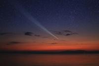 夜明けの湖畔と彗星 10131013795| 写真素材・ストックフォト・画像・イラスト素材|アマナイメージズ