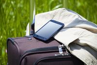 旅行鞄とスマホ