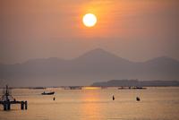 琵琶湖大橋の高架下から見た朝陽