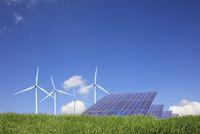 草原と風力発電とソーラーパネル