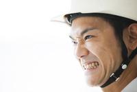 歯を食いしばる男性作業員
