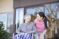 介護士さんと車椅子に乗ったおばあちゃん 10131023538| 写真素材・ストックフォト・画像・イラスト素材|アマナイメージズ