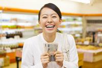 スーパーマーケットでお札を持つ女性