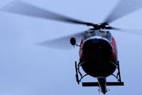 空撮するヘリコプター 10131025936  写真素材・ストックフォト・画像・イラスト素材 アマナイメージズ