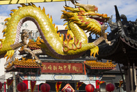 龍と中華門 10131027342| 写真素材・ストックフォト・画像・イラスト素材|アマナイメージズ