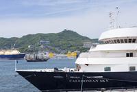 客船と稲佐山