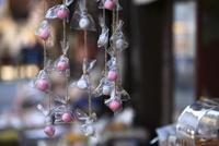 菓子屋横町の店先に吊されたお菓子 10131036233| 写真素材・ストックフォト・画像・イラスト素材|アマナイメージズ