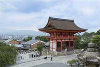 清水寺西門からの仁王門