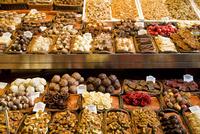 アメやチョコレートの並ぶ店頭 10131036424| 写真素材・ストックフォト・画像・イラスト素材|アマナイメージズ