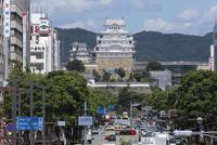 姫路城と大手前通り 10131036588| 写真素材・ストックフォト・画像・イラスト素材|アマナイメージズ