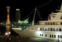 夜の神戸港の客船