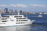 神戸港沖の客船と観光船