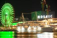 神戸港の客船と観覧車