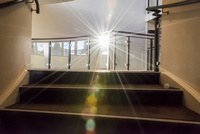 朝日の射すホテルの階段