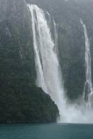 フィヨルドに流れ落ちる大滝