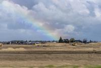 虹の見える平野の風景