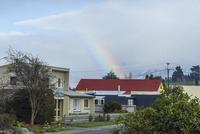 赤い屋根の向こうに架かる虹 10131037396| 写真素材・ストックフォト・画像・イラスト素材|アマナイメージズ