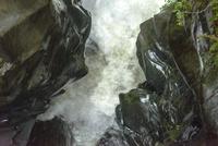 岩を削る激しい水流