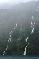 フィヨルドの表層を流れ落ちる滝