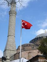 トルコ国旗とモスクのミナレット