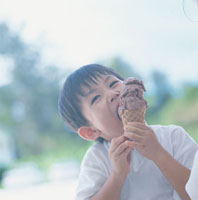 アイスクリームを食べる日本人の男の子 10132002232| 写真素材・ストックフォト・画像・イラスト素材|アマナイメージズ