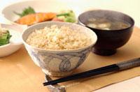 炊き立ての玄米ご飯と味噌汁 朝食イメージ 10132002501| 写真素材・ストックフォト・画像・イラスト素材|アマナイメージズ