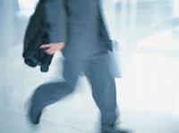 出張する日本人ビジネスマン 10132003016| 写真素材・ストックフォト・画像・イラスト素材|アマナイメージズ