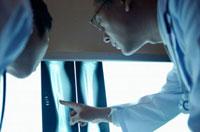 レントゲン写真を確認する日本人男性医師 10132003159| 写真素材・ストックフォト・画像・イラスト素材|アマナイメージズ