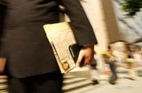 町を歩く日本人ビジネスマンの手元
