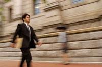 書類を持ちながら歩くビジネスマン