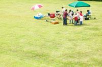 公園でバーベキューする日本人家族