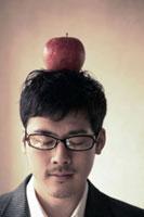 リンゴを頭に乗せる男性