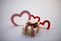 雪の上の金色のプレゼントボックス