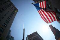 ビルの谷間の空と国旗