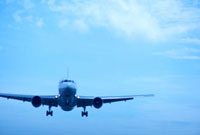 青空と雲と飛行機 10132009471| 写真素材・ストックフォト・画像・イラスト素材|アマナイメージズ