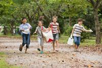 水や食材を運ぶ子ども達