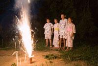花火を楽しむ子ども達