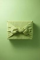 緑色の呂敷に包まれた手土産