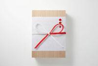 のし紙に包まれた贈り物 10132009914| 写真素材・ストックフォト・画像・イラスト素材|アマナイメージズ